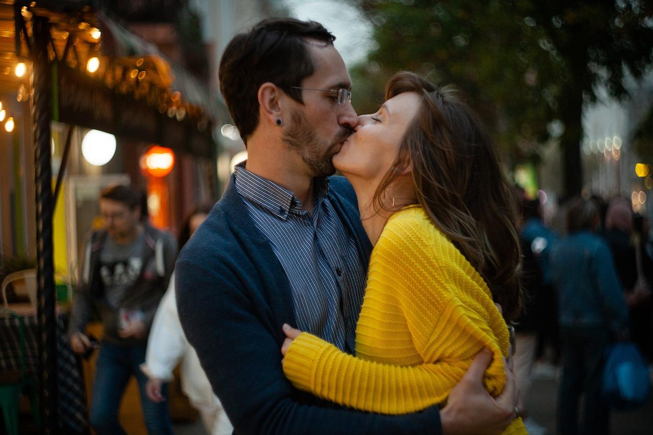 couple, kiss, romantic-6004642.jpg